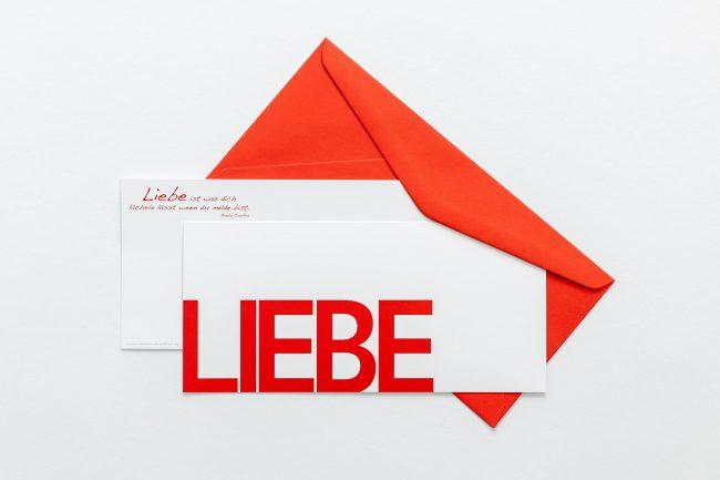 """Grußkarte """"LIEBE"""" mit rotem Briefumschlag und Rückseite"""