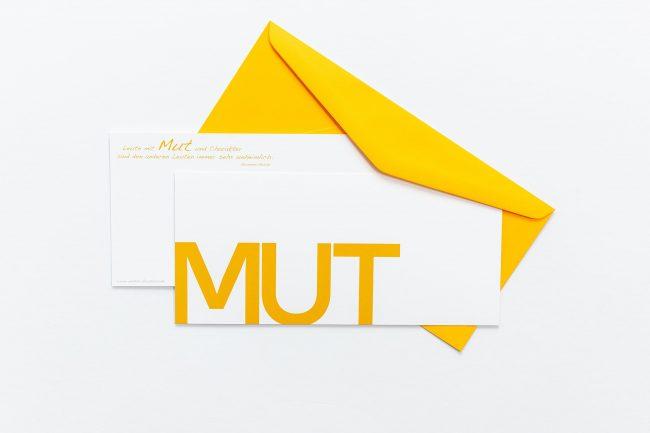 """Grußkarte """"MUT"""" mit orangem Briefumschlag und Rückseite"""